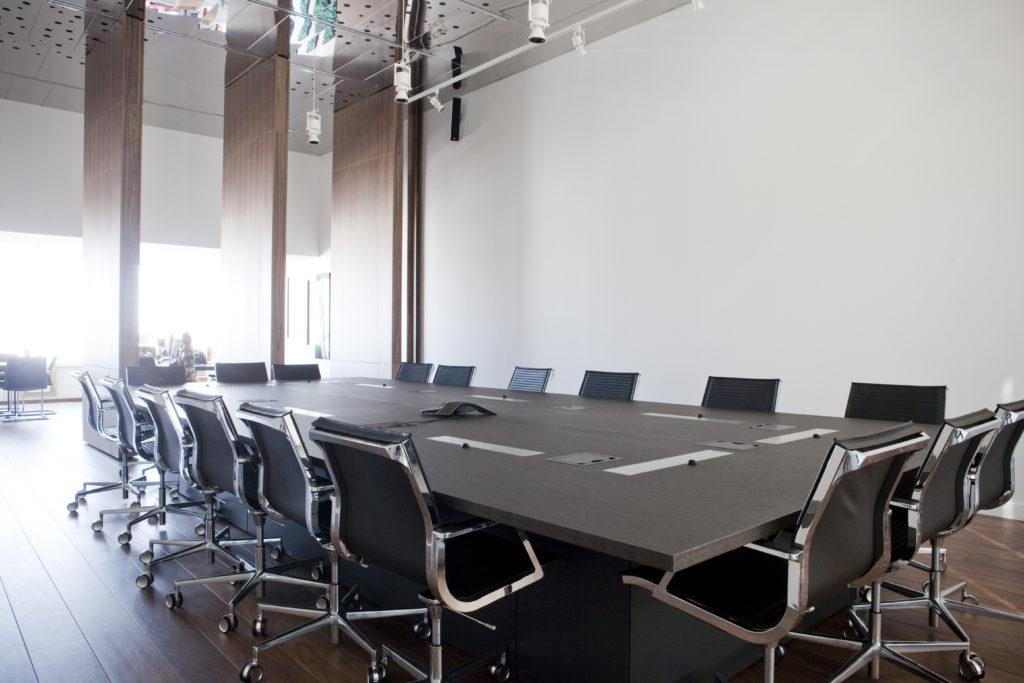 Aménagement d'une grande salle de réunion connectée pouvant accueillir jusqu'à 15 personnes - Réalisation ALTRAN - Vélizy