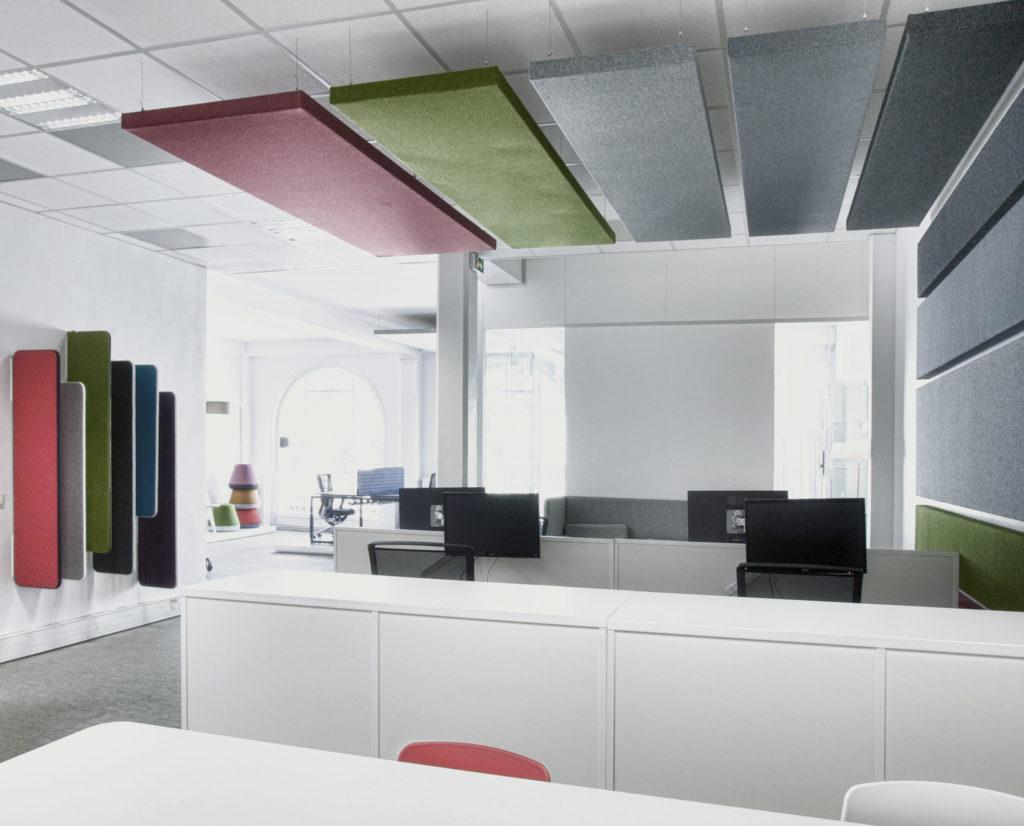 Aménagement de bureaux en open space avec panneaux et séparations acoustiques - Réalisation SHOWROOM MOORE - Paris 3