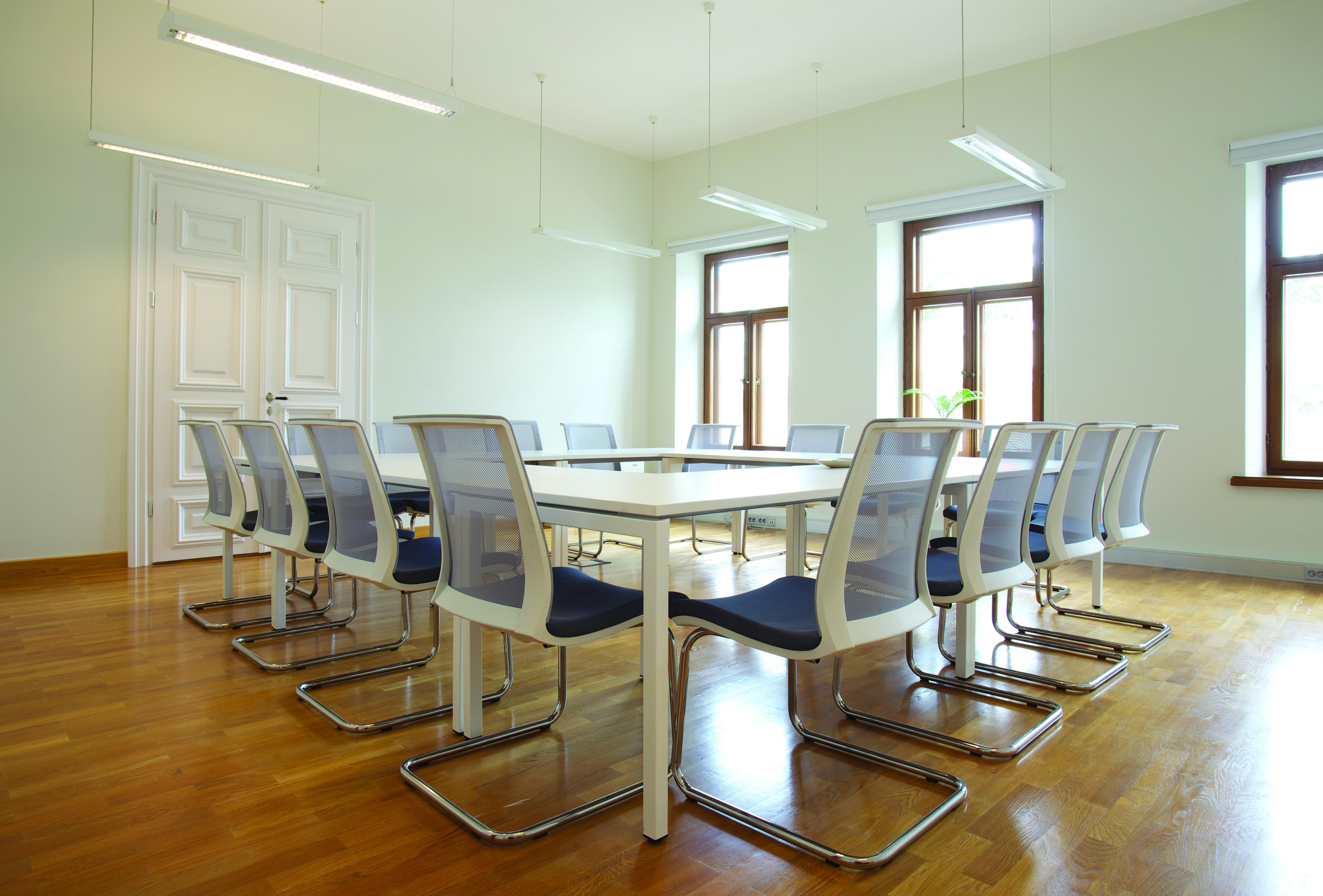 Salle de réunion avec Chaise visiteur EVA noir et blanc avec piètement luge métal NARBUTAS