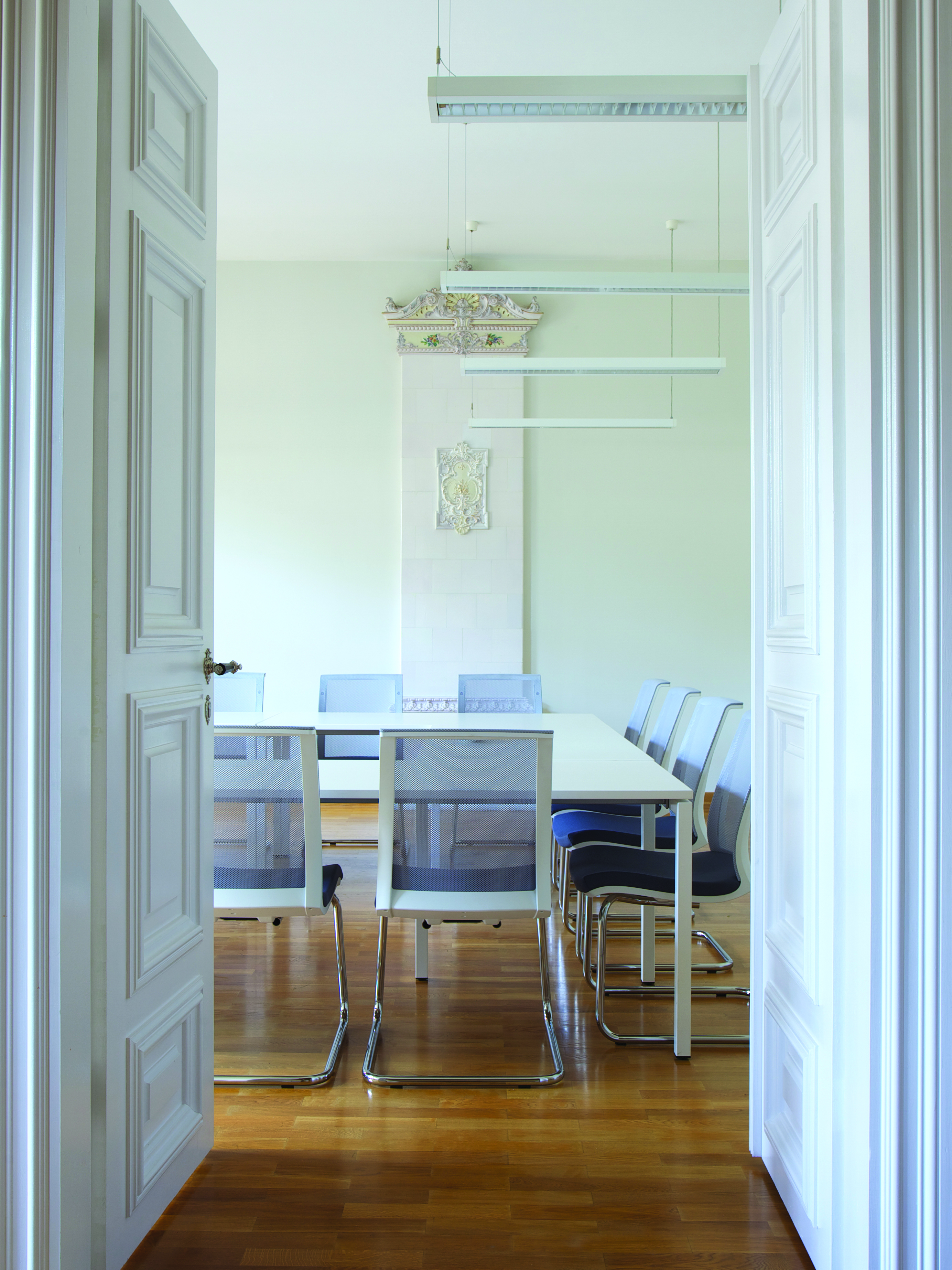 Salle de réunion avec chaise visiteur EVA blanc avec accoudoirs, dossier résille et piètement luge métal NARBUTAS