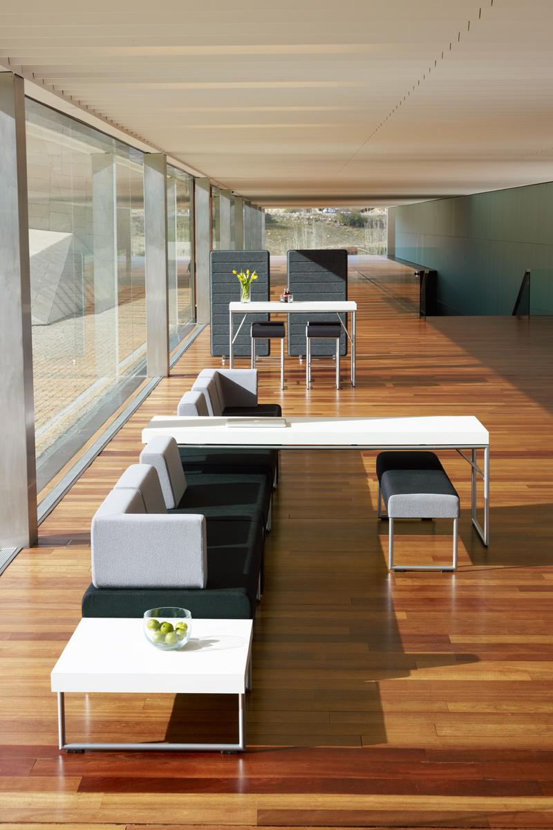 Ensemble de tables et banquettes d'accueil Pause par Allermuir (vue de haut)