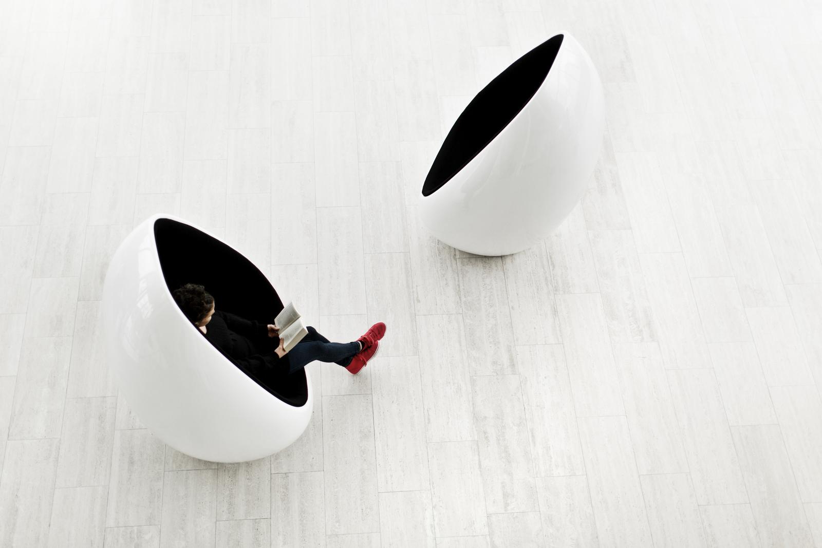 Fauteuils forme ovoïdale Koop noir et blanc et vis à vis Martela