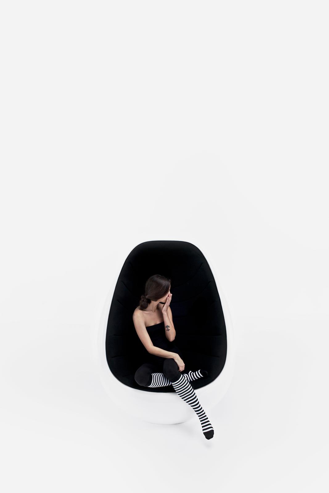 Fauteuil forme ovoïdale Koop noir et blanc Martela