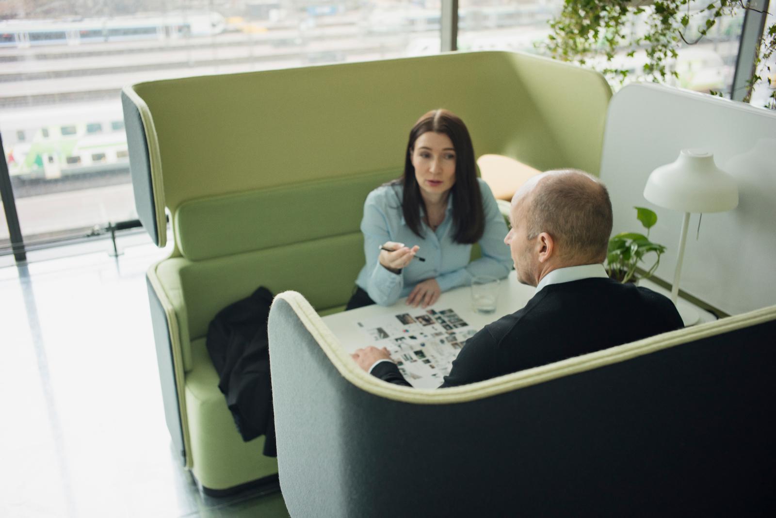Alcove de réunion avec tablette centrale Pod Meeting Martela