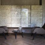 Fauteuil Mysa Lounge sur pieds en bois teinté et tables basses Ademar Coffee Bross