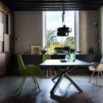 Chaise design 4 pieds en bois Mysa Lounge et table W Bross