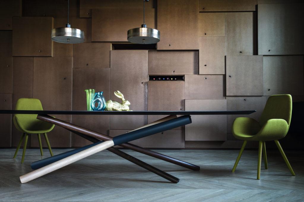 Chaise design 4 pieds en bois Mysa Lounge et table W plateau en verre Bross