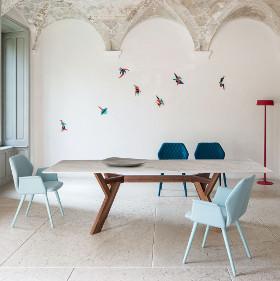 Table de réception Trigono avec piètement en bois teinté et plateau en marbre - Chaise design AVA colori bleu ciel Bross