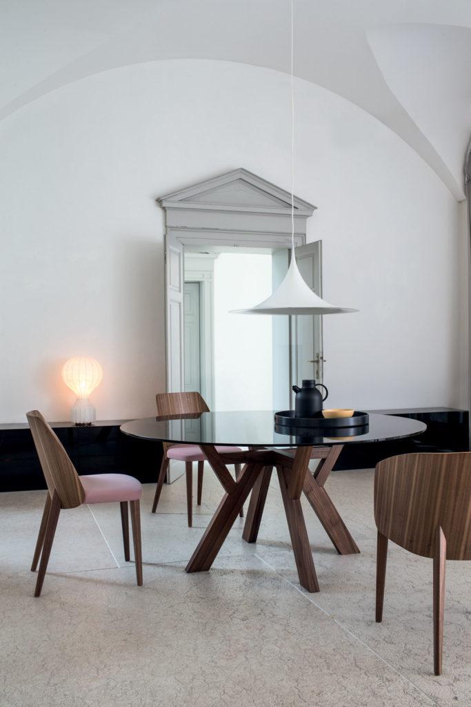 Table de réception Trigono avec piètement en bois teinté et plateau en marbre – Chaise design Shell coloris rose Bross