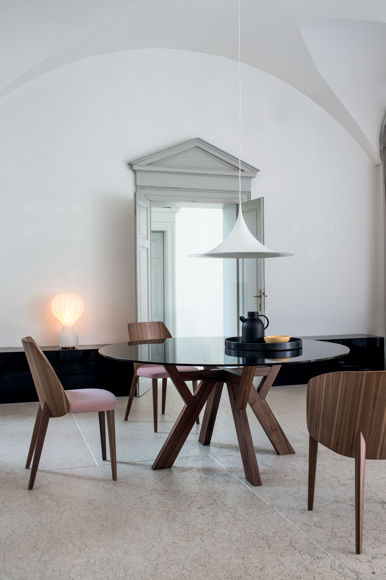 Table de réception Trigono avec piètement en bois teinté et plateau en marbre - Chaise design Shell coloris rose Bross