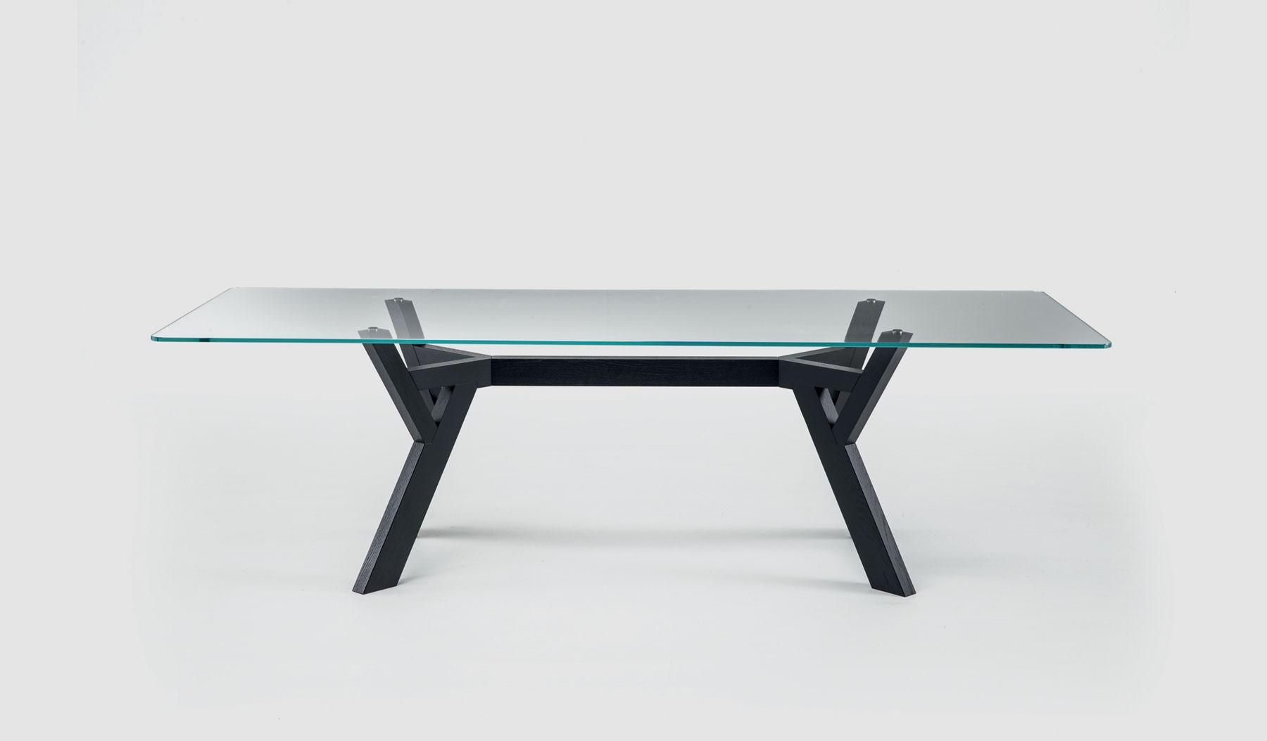 Table de réception Trigono avec piètement en bois teinté et plateau en verre Bross
