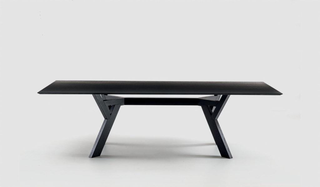 Table de réception Trigono avec piètement et plateau en bois teinté Bross