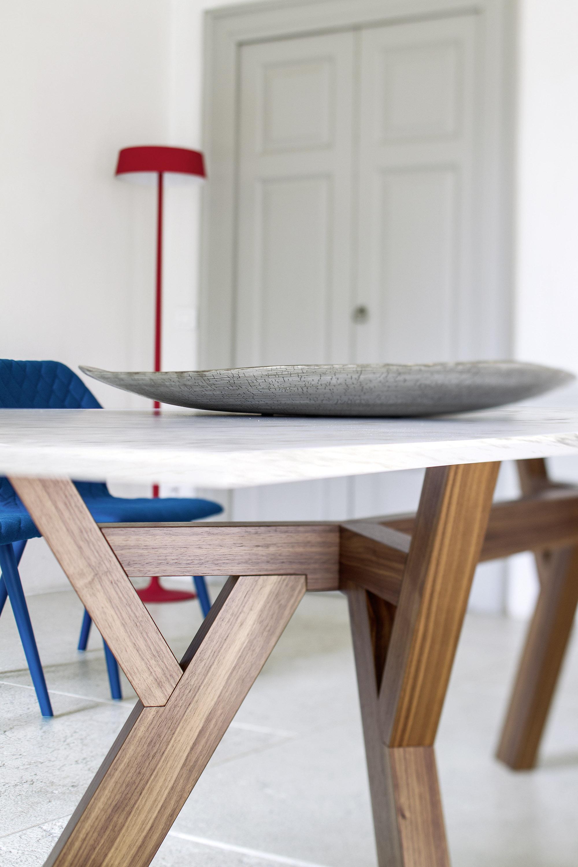 Plan de détail sur piètement en bois massif teinté table Trigono Bross
