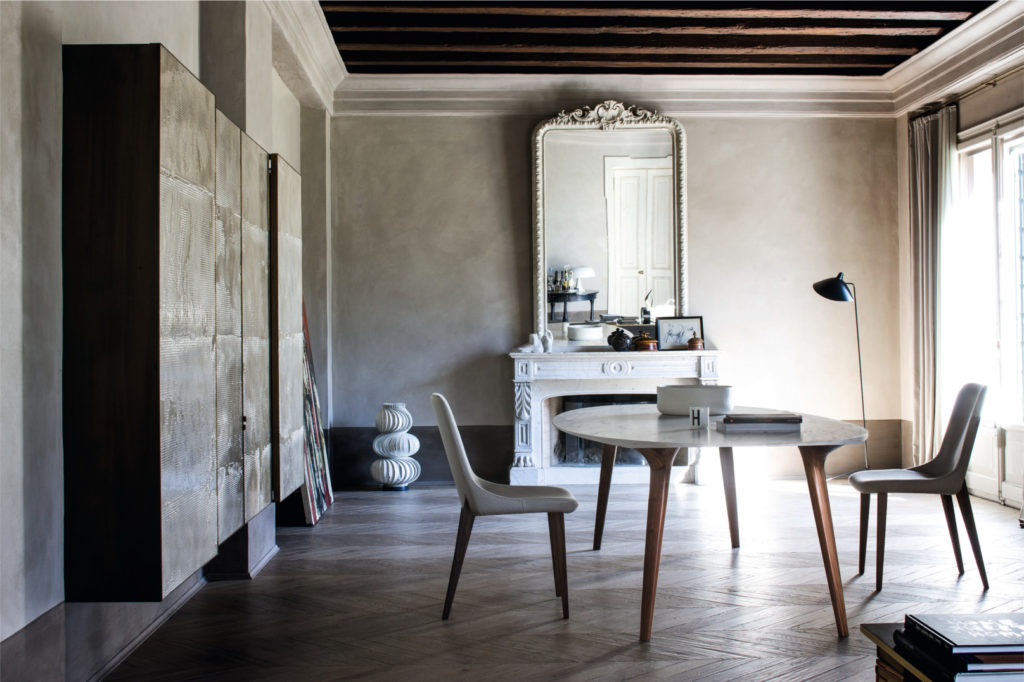Table de réception avec plateau et marbre et piètement en bos massif Ademar par Bross
