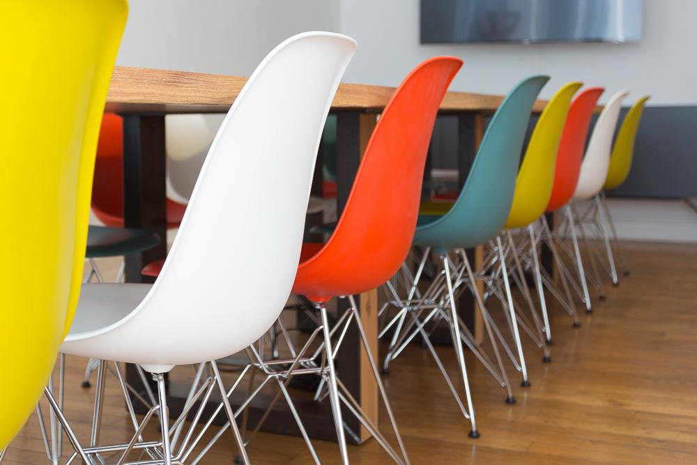 Aménagement de bureaux avec siège de réunions colorés - Réalisation IZIPIZI - Paris