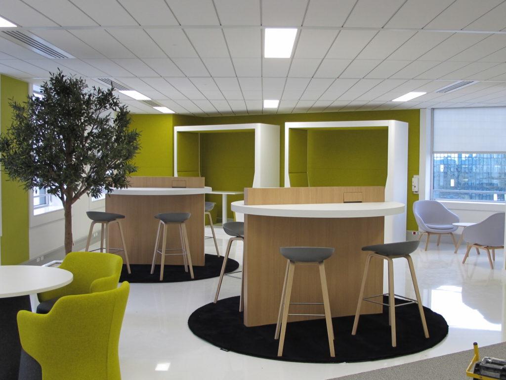 Aménagement d'un espace hybride à la fois bureaux et cafétéria - Réalisation TOUR VOLTAIRE - La Défense