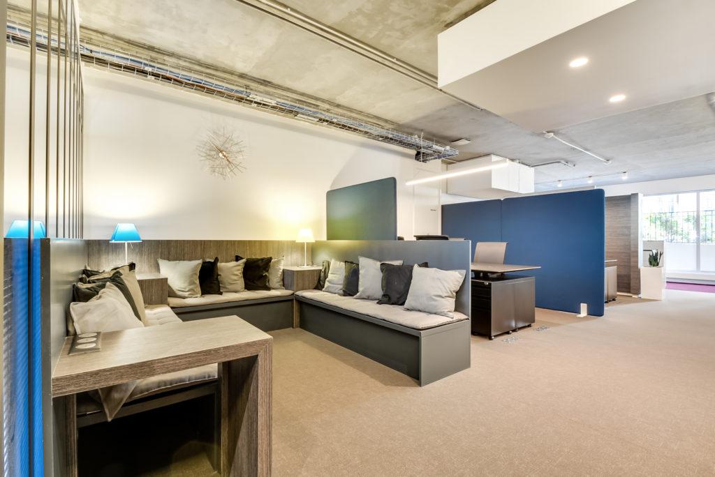 Aménagement d'un espace hybride avec postes de travail et espace de repose - Réalisation OCP BUSINESS CENTER - Paris 16