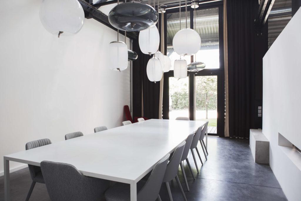 Aménagement d'un espace de réunion confidentiel, grande table de réunion - Réalisation L'ATELIER - Saint Ouen