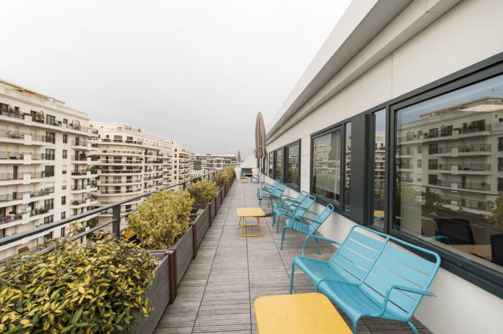 Aménagement d'un espace extérieur avec les chaises FERMOB - Réalisation MYMEDIA - Levallois Perret