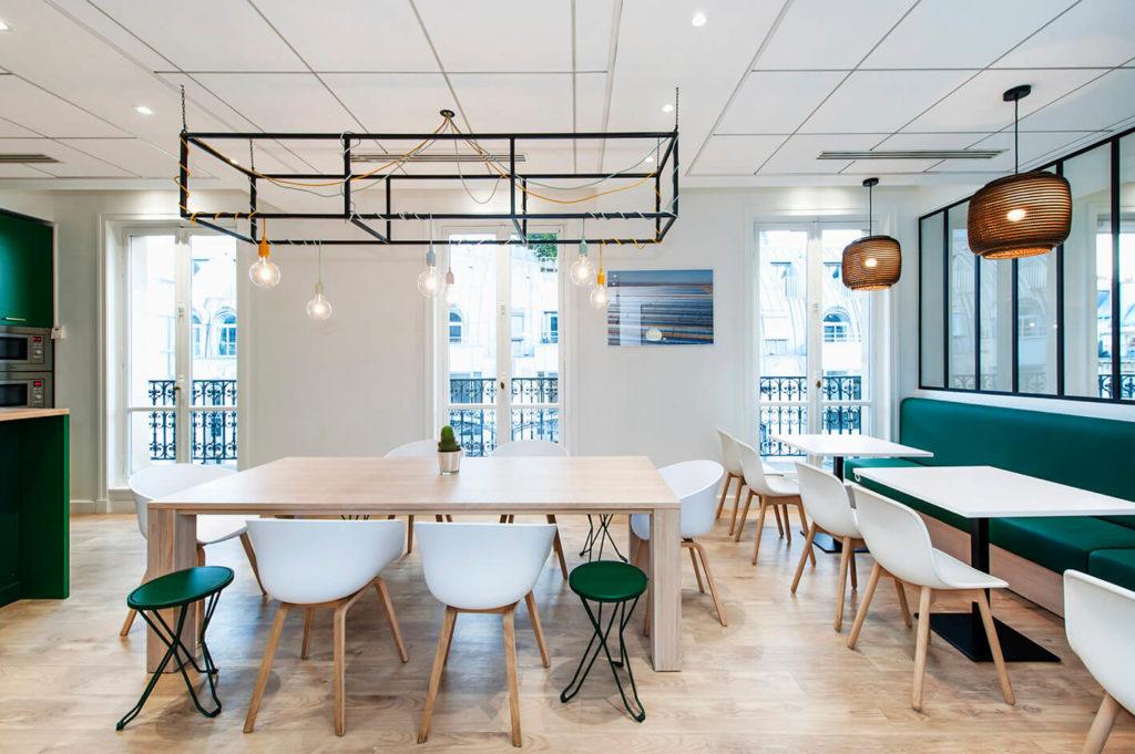 Aménagement cafétéria, banquette sur-mesure - Réalisation GREEN GIRAFFE - Paris 9