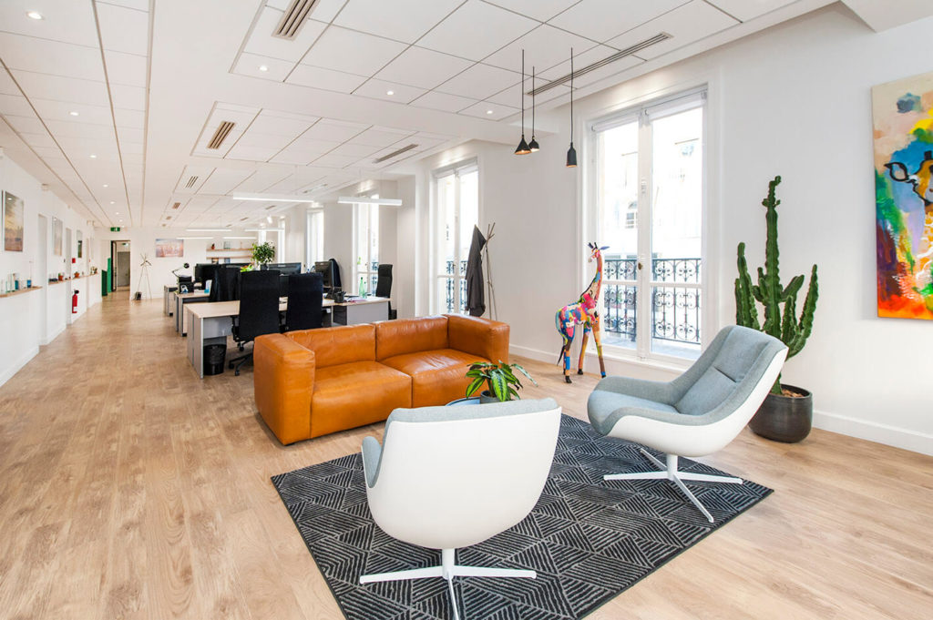 Aménagement open space, canapé chill canapé lounge fauteuil lounge - GREEN GIRAFFE Paris 9