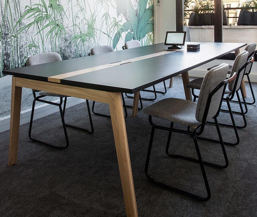 Table de réunion Nova Wood, Chaise Raspail, Suspensions Carmen