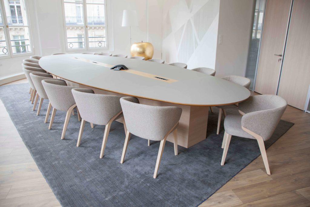 Aménagement espace de réunion design, connectique intégrée