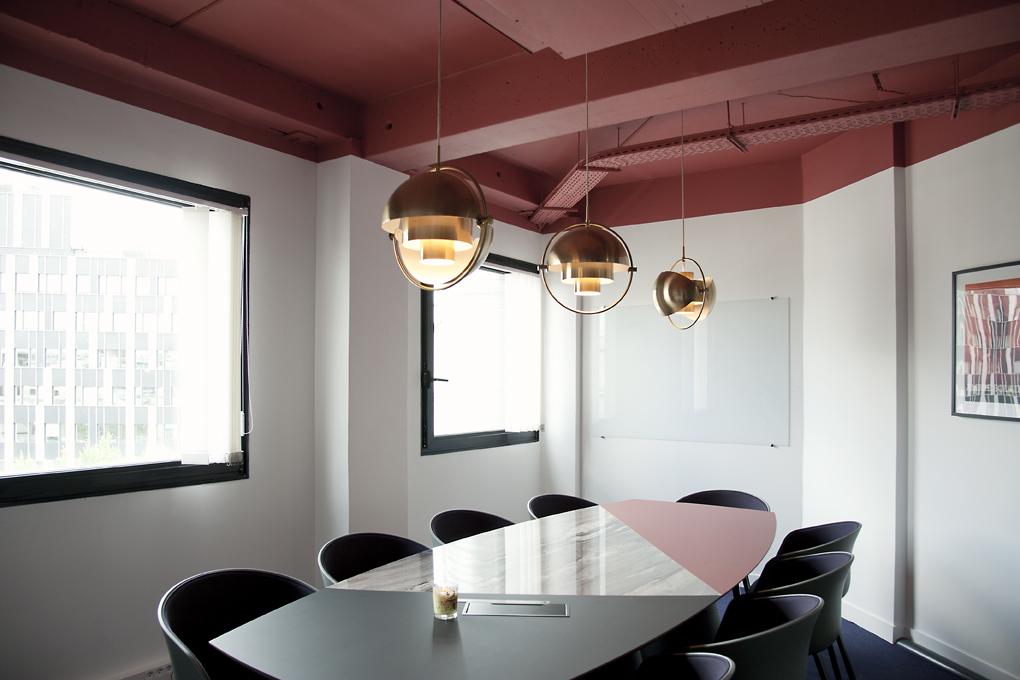 Aménagement d'une grande salle de réunion avec table sur mesure - Réalisation CREPUSCULE - Clichy