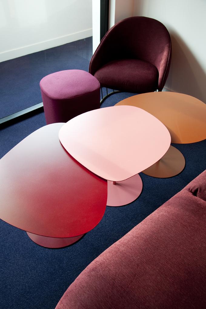Salle de réunion lounge rose, avec canapé Sancal - Réalisation CREPUSCULE - Clichy