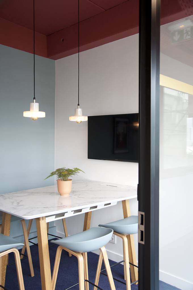 Salle de réunion avec table haute sur mesure - Réalisation CREPUSCULE - Clichy