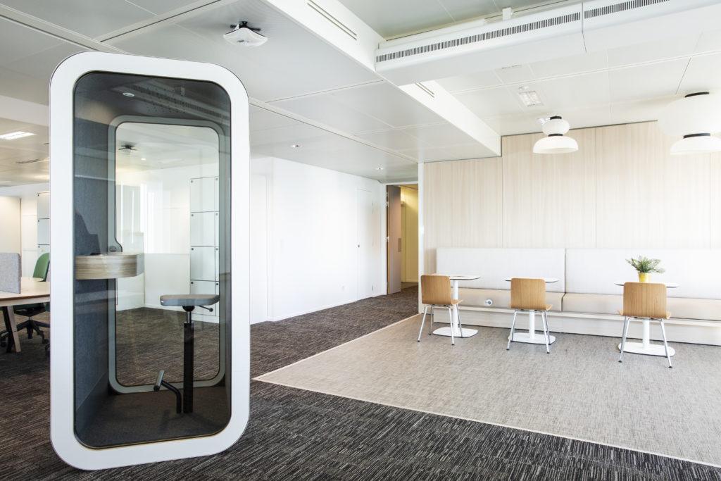 Aménagement d'une cafétéria avec cabine acoustique Framery - Réalisation SAP - Levallois-Perret