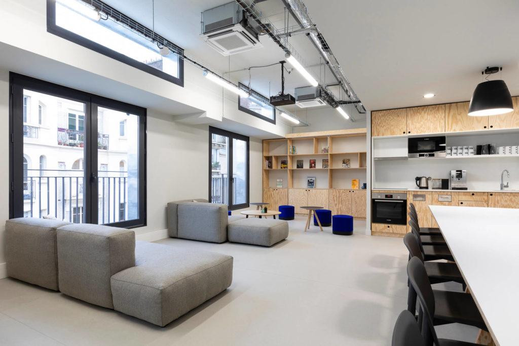 Aménagement d'un espace cafétéria, canapé, table basses, poufs - Réalisation LE TANK - Paris 11