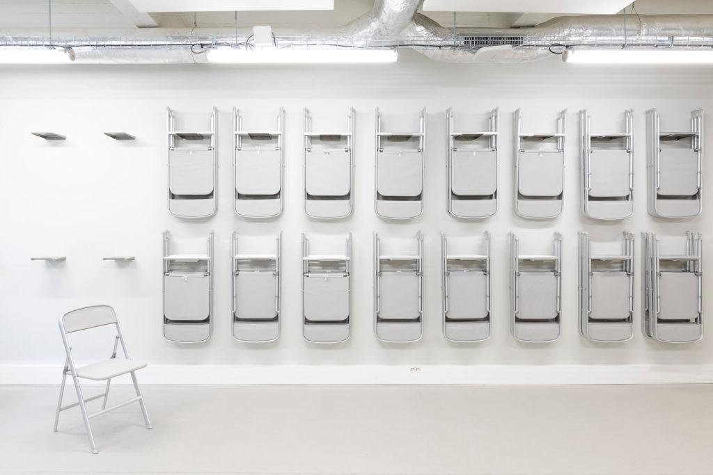 Espace de conférence design avec chaise en aluminium Calligaris - Réalisation LE TANK - Paris 11