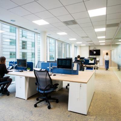 Aménagement d'espaces de travail avec doubles écrans - Réalisation RTE - Puteaux