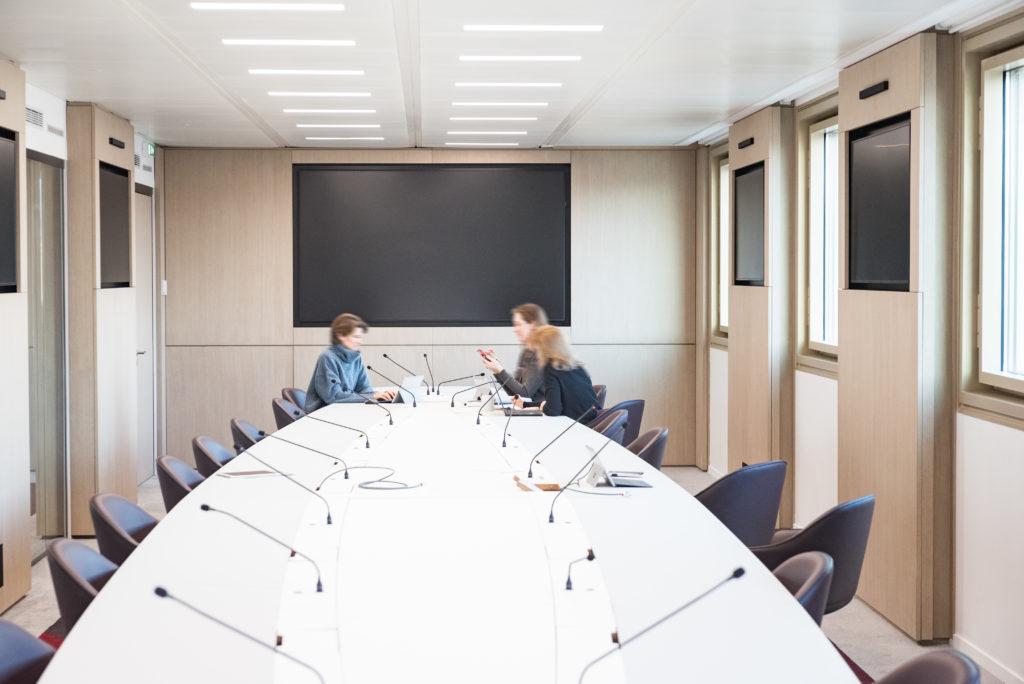 Aménagement d'un grande salle de réunion connectée, idéale pour des visio conférences - Réalisation UNOFI - Paris 1