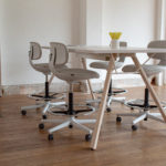 Table mi-haute LAB INNO – Siège de travail hauts ROOKIE HIGH VITRA 2